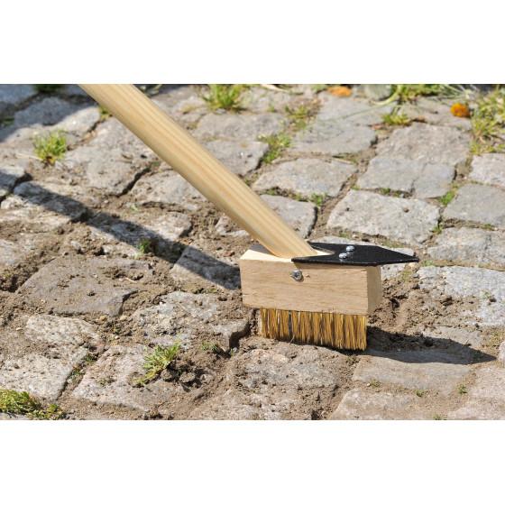 Brosse de jardin pour nettoyer les joints de vos dalles de terrasse