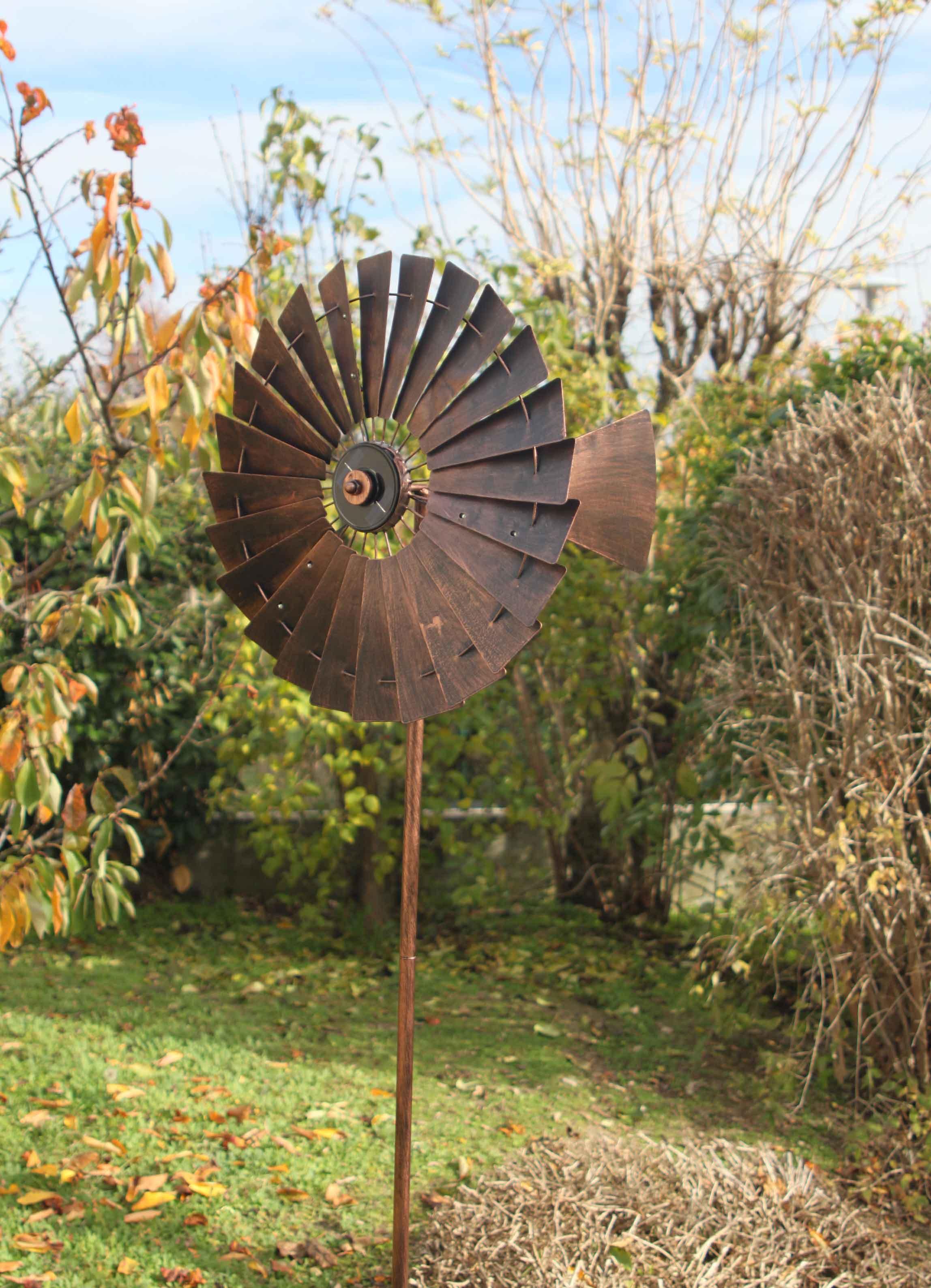 girouettes et éoliennes qui tournent au vent